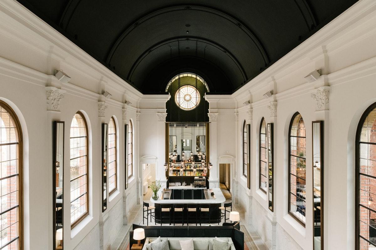 Современный отель с классической лепниной – историческая элегантность